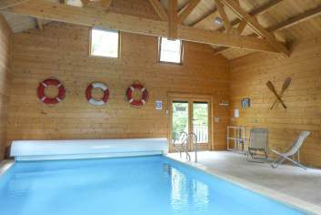 Chalet voorzien van alle comfort en met een binnenzwembad in Érezée