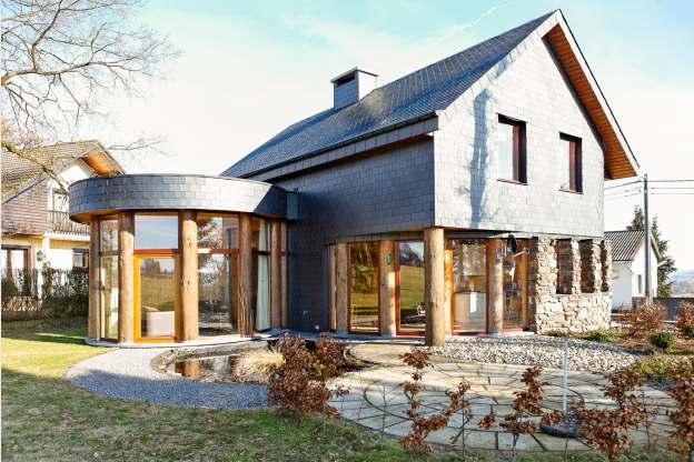 Overal hout in dit ruime moderne vakantiehuis voor 6 8 pers in st vith - Exterieur ingang eigentijds huis ...
