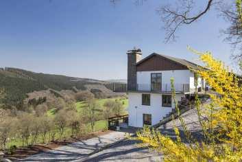 Comfortabel vakantiehuis op de hoogten van Stavelot. Infraroodcabine en jacuzzi voor wie graag relaxt.